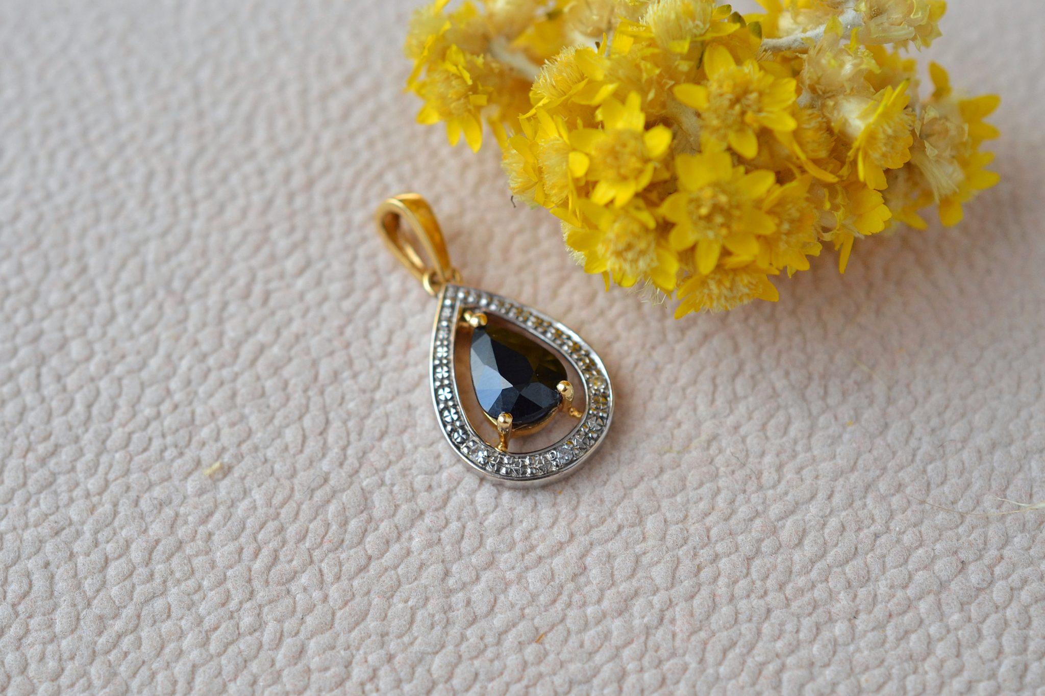 Pendentif goutte en Or jaune serti d_un saphir poire, entourage en Or blanc agrémenté de trois diamants - bijou ancien
