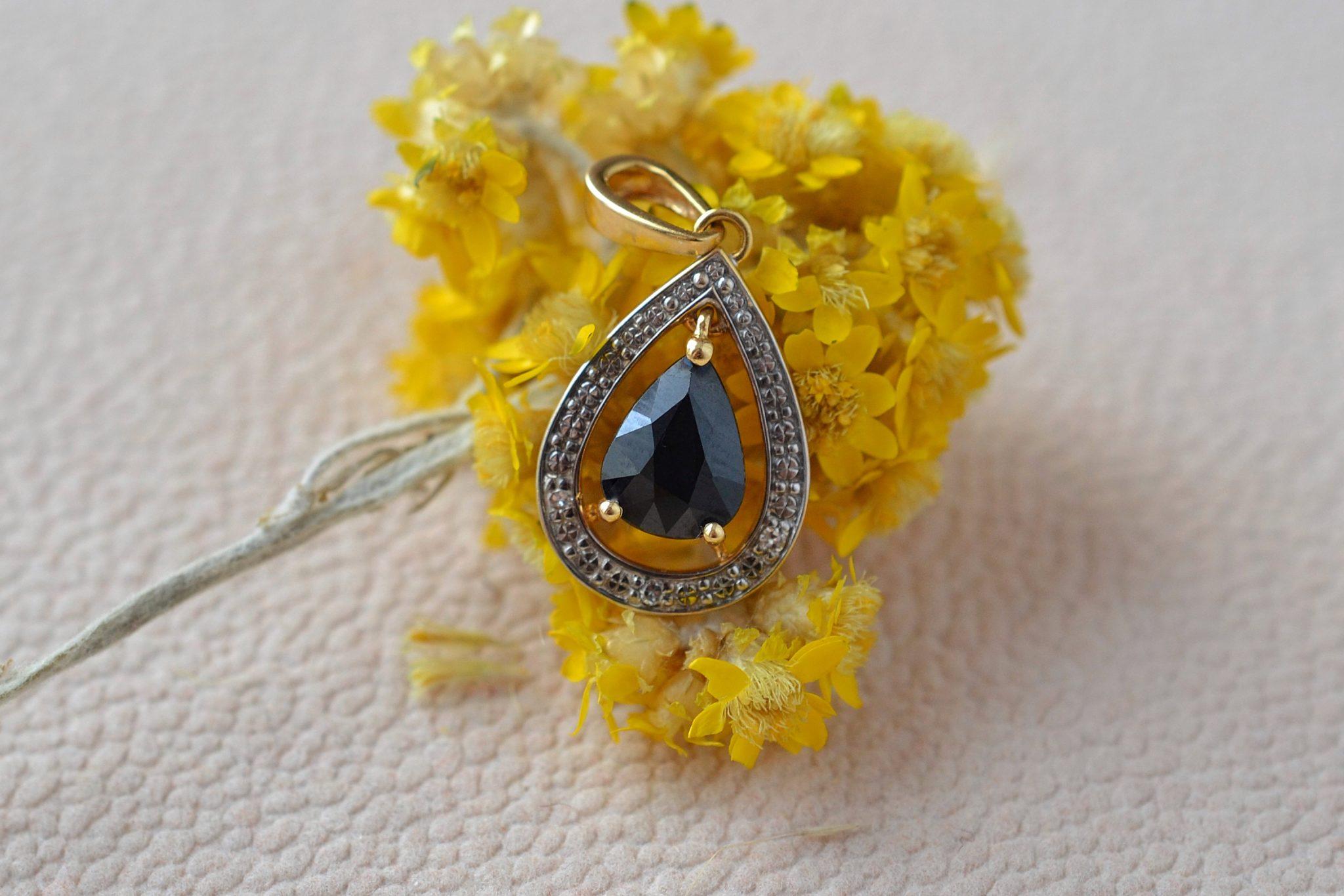 Pendentif goutte en Or jaune serti d_un saphir poire, entourage en Or blanc agrémenté de trois diamants - bijou de seconde main