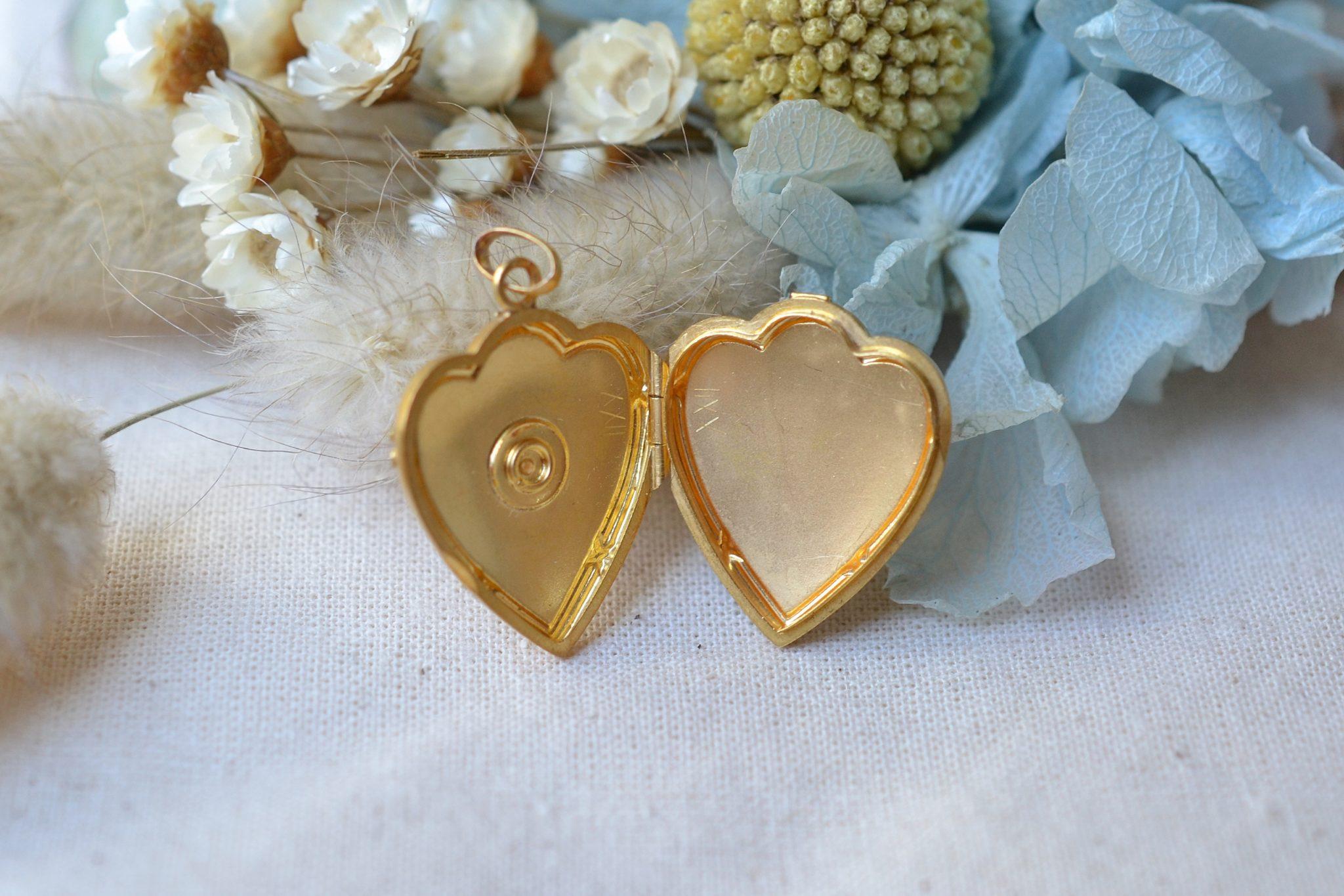 Pendentif porte-souvenir en forme de coeur en Or jaune, serti d_une perle sur un décor étoilé - bijou ancien