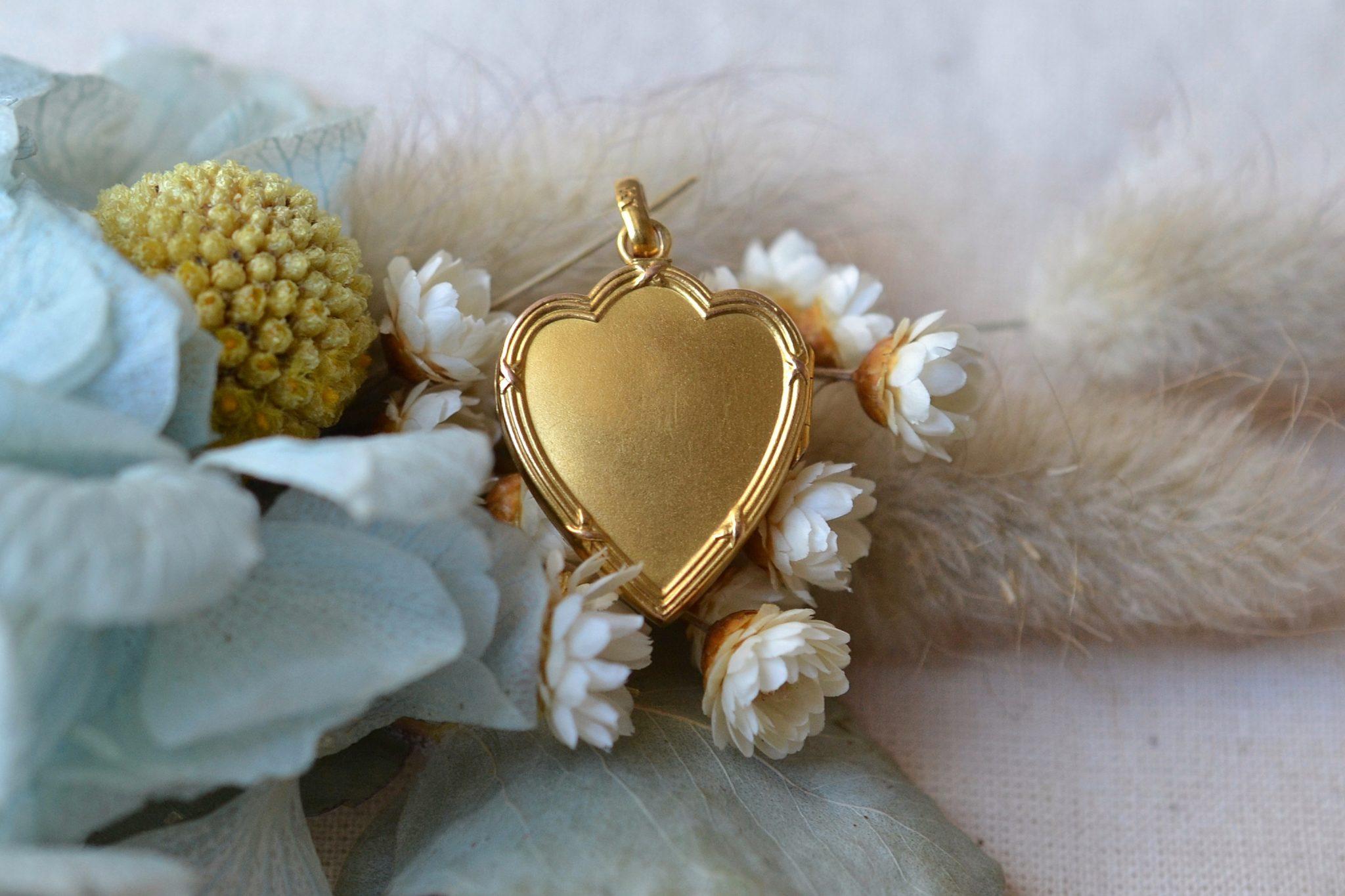 Pendentif porte-souvenir en forme de coeur en Or jaune, serti d_une perle sur un décor étoilé - bijou de seconde main