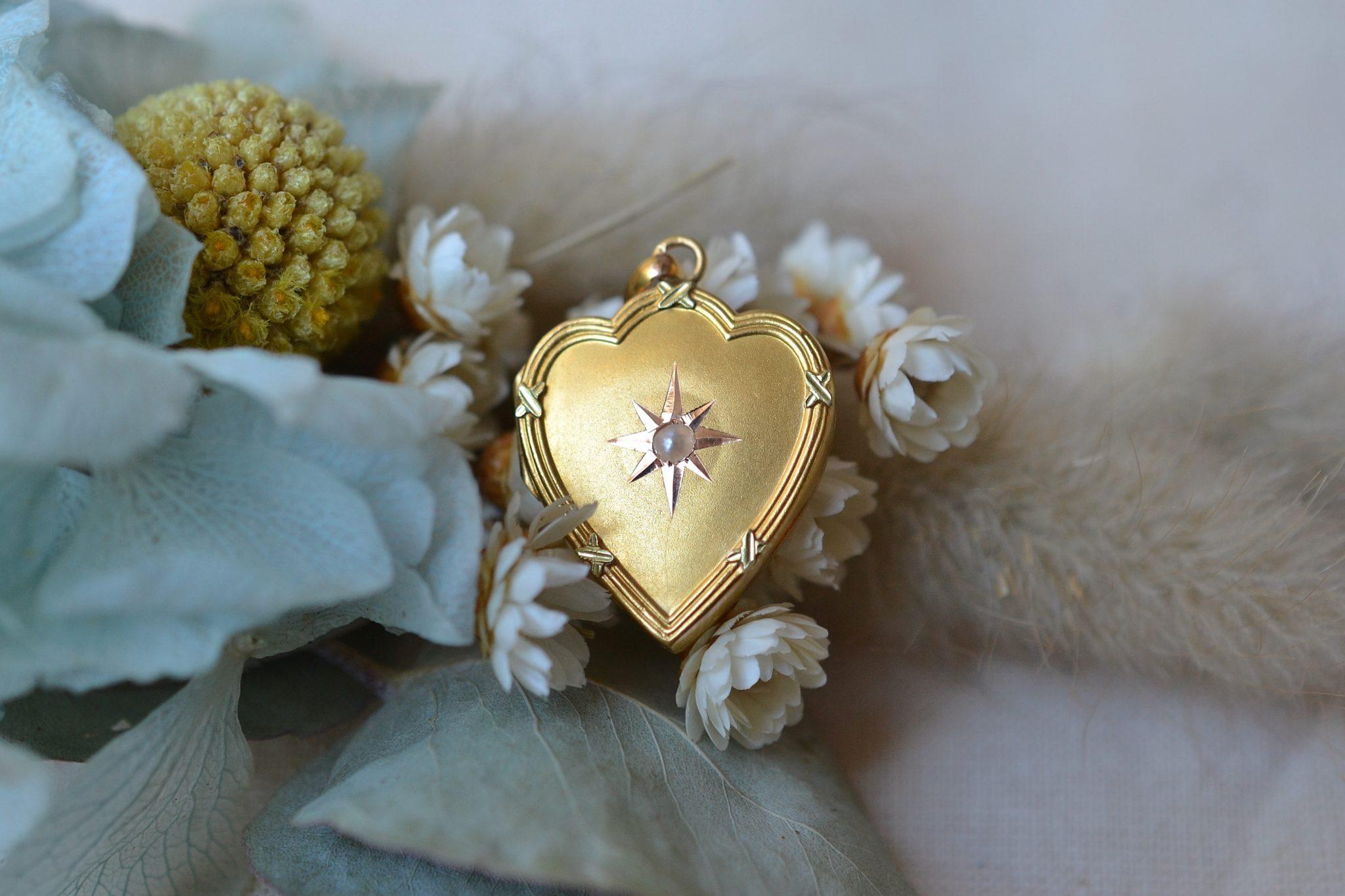 Pendentif porte-souvenir en forme de coeur en Or jaune, serti d'une perle sur un décor étoilé - bijou Vintage