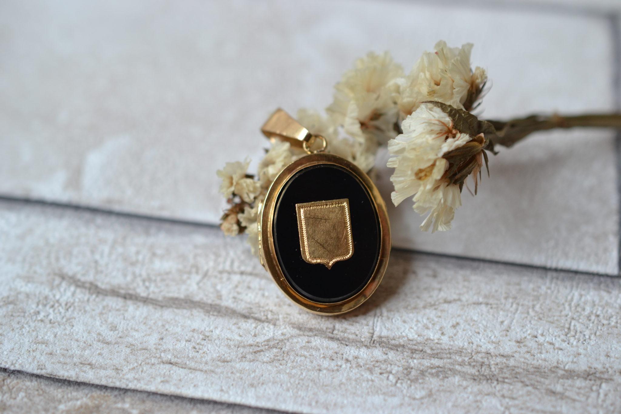 Pendentif porte-souvenir monture en Or jaune, serti de deux plaques d_Onyx et d_un écusson - bijou Vintage