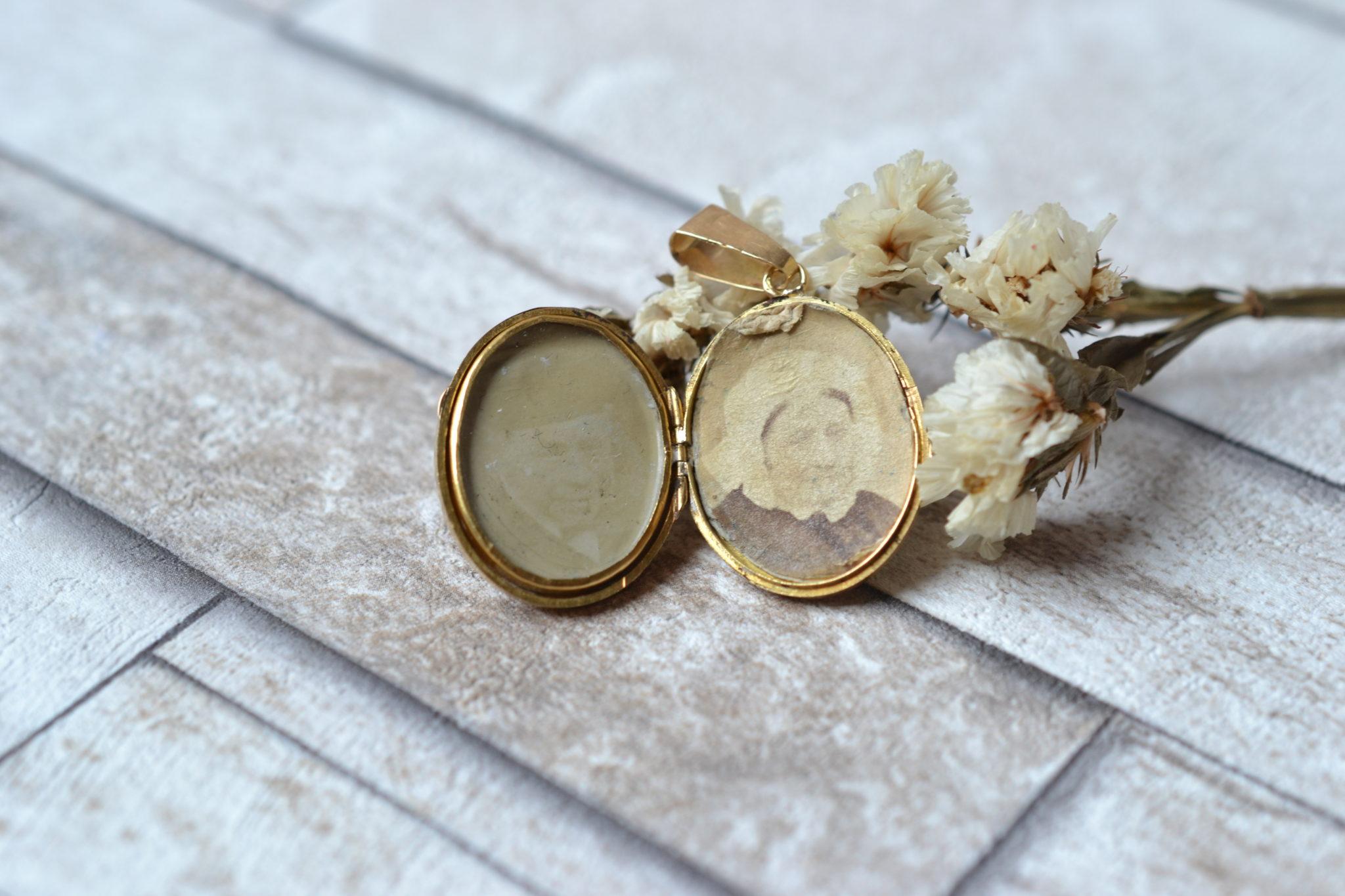 Pendentif porte-souvenir monture en Or jaune, serti de deux plaques d_Onyx et d_un écusson - bijou d_occasion