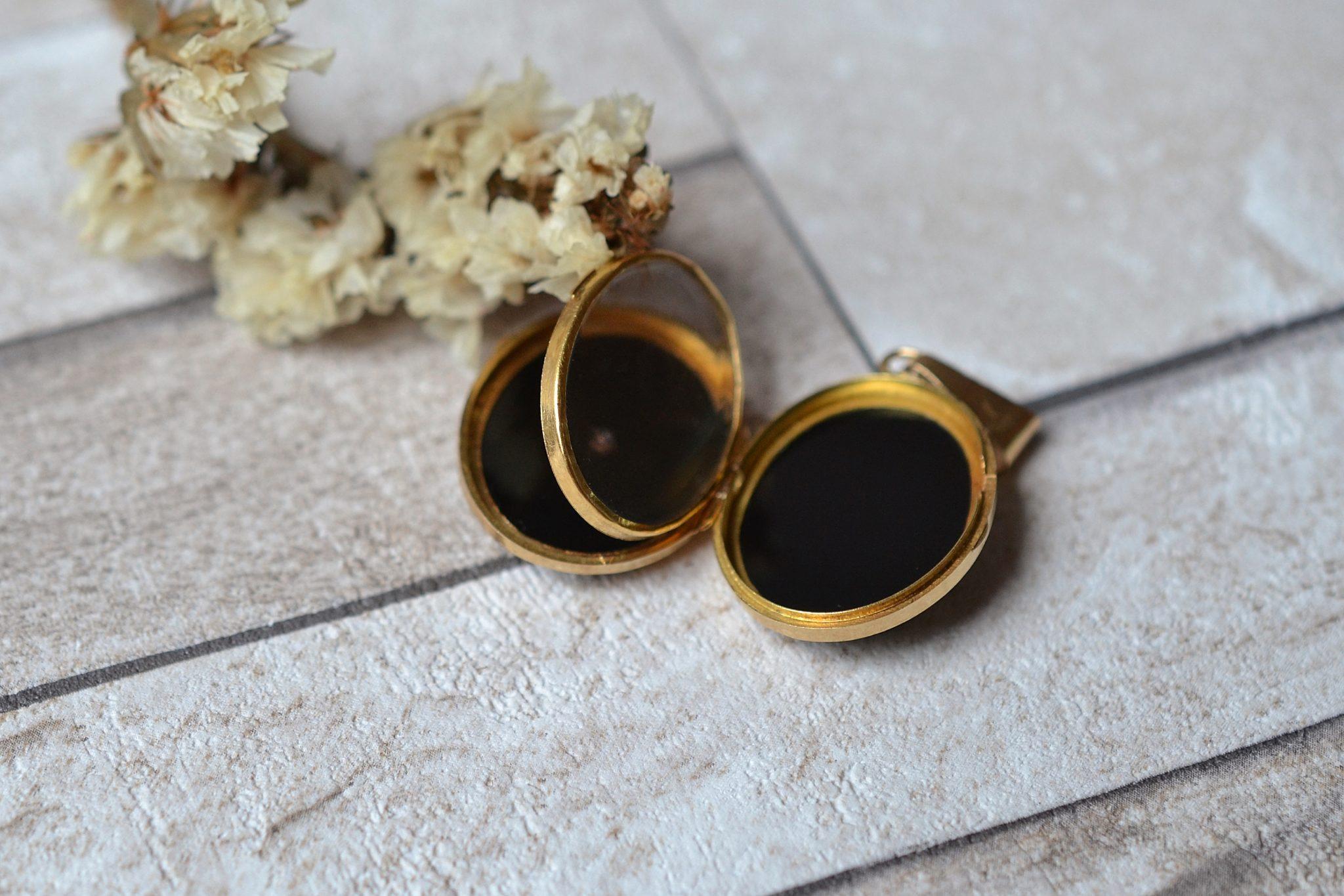 Pendentif porte-souvenir monture en Or jaune, serti de deux plaques d_Onyx et d_un écusson - bijou rétro