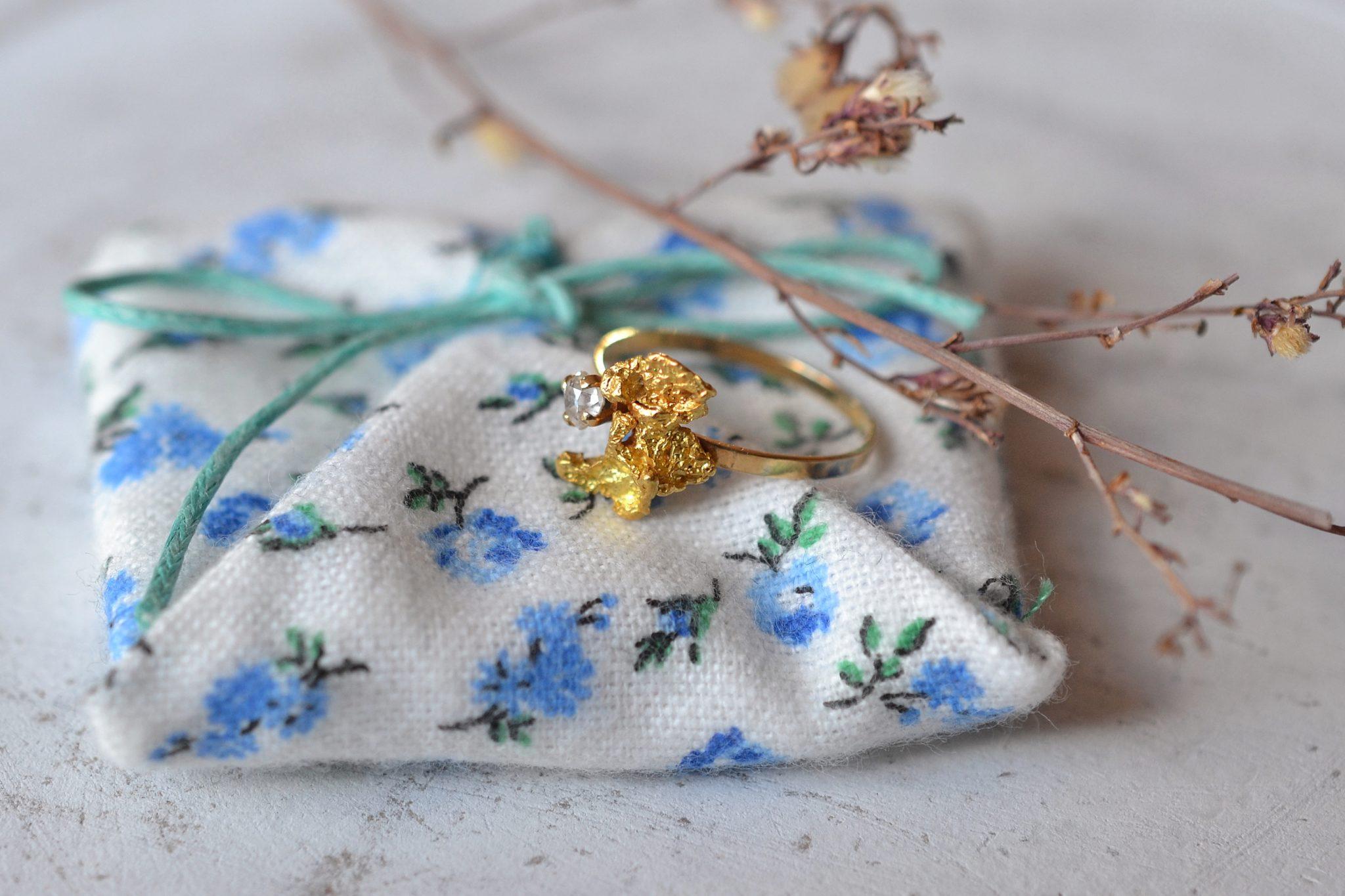 Bague _pépite_ En Or Jaune Et Petit Diamant Taille Ancienne - Bague De Fiançailles Vintage
