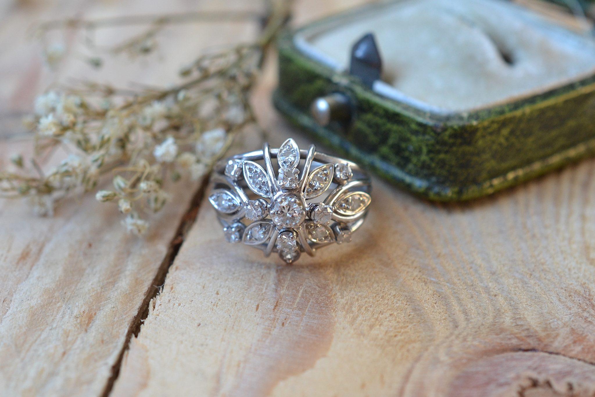 Bague Ajourée Et Bombée Aux Formes Florales, En Or Blanc Et Platine, Sertie De 17 Diamants - Bague De Seconde Main
