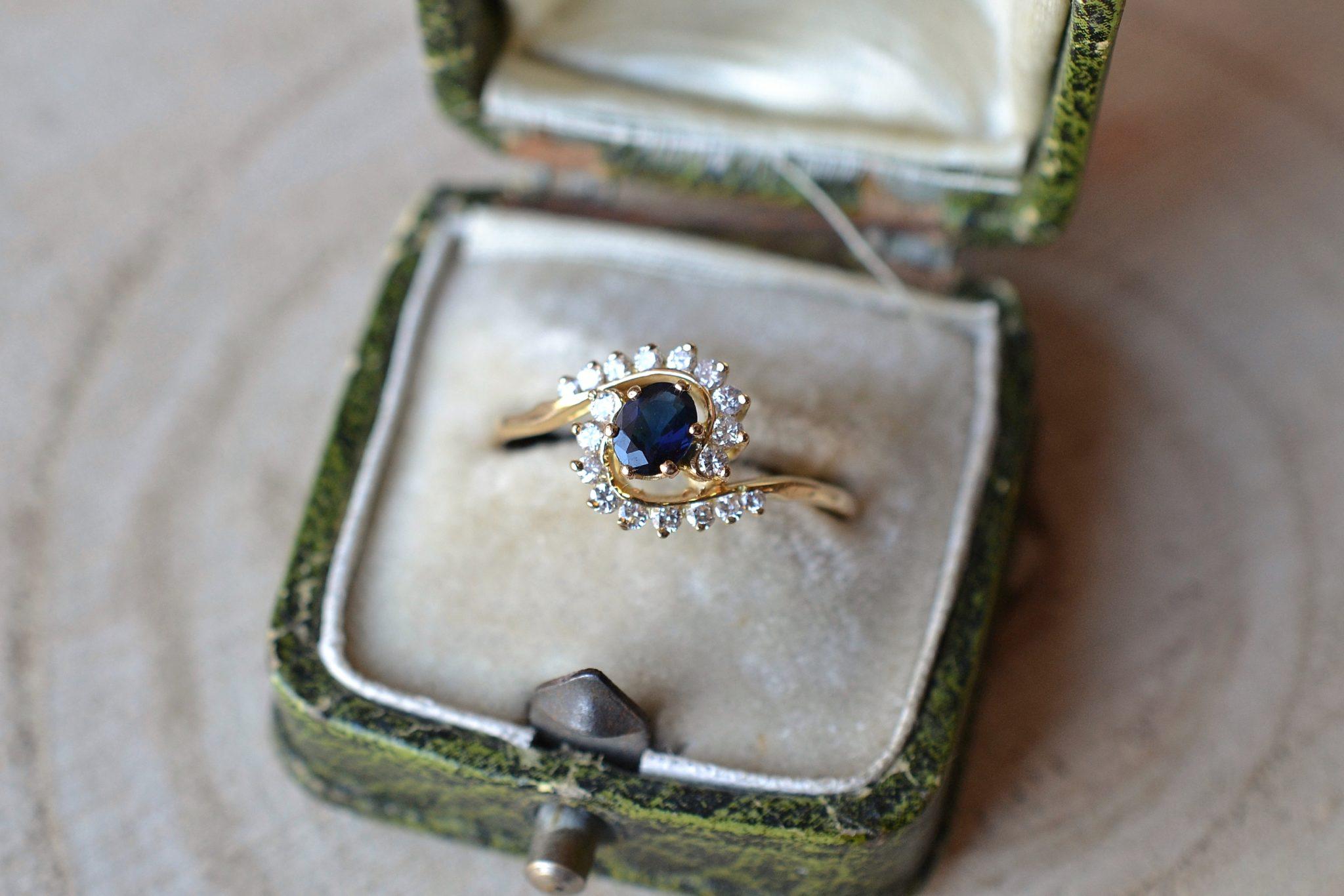 Bague En Or Jaune En Forme De Spirale Sertie D_un Saphir Accompagné De Diamants - Bague Éthique Et Éco-responsable