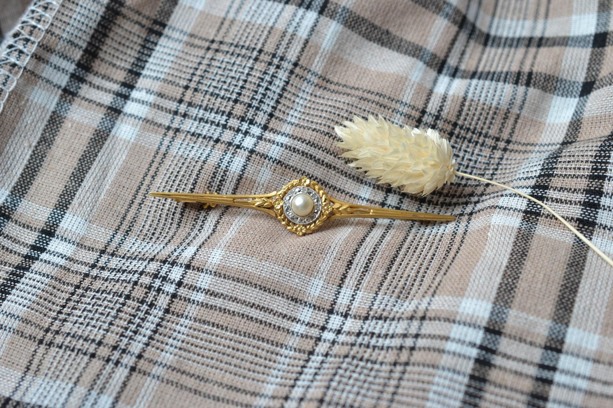 Broche En Or Jaune Centrée D_une Perle Probablement Dans Un Entourage De Diamants Taillés En Roses - Bijou Ancien De Seconde Main