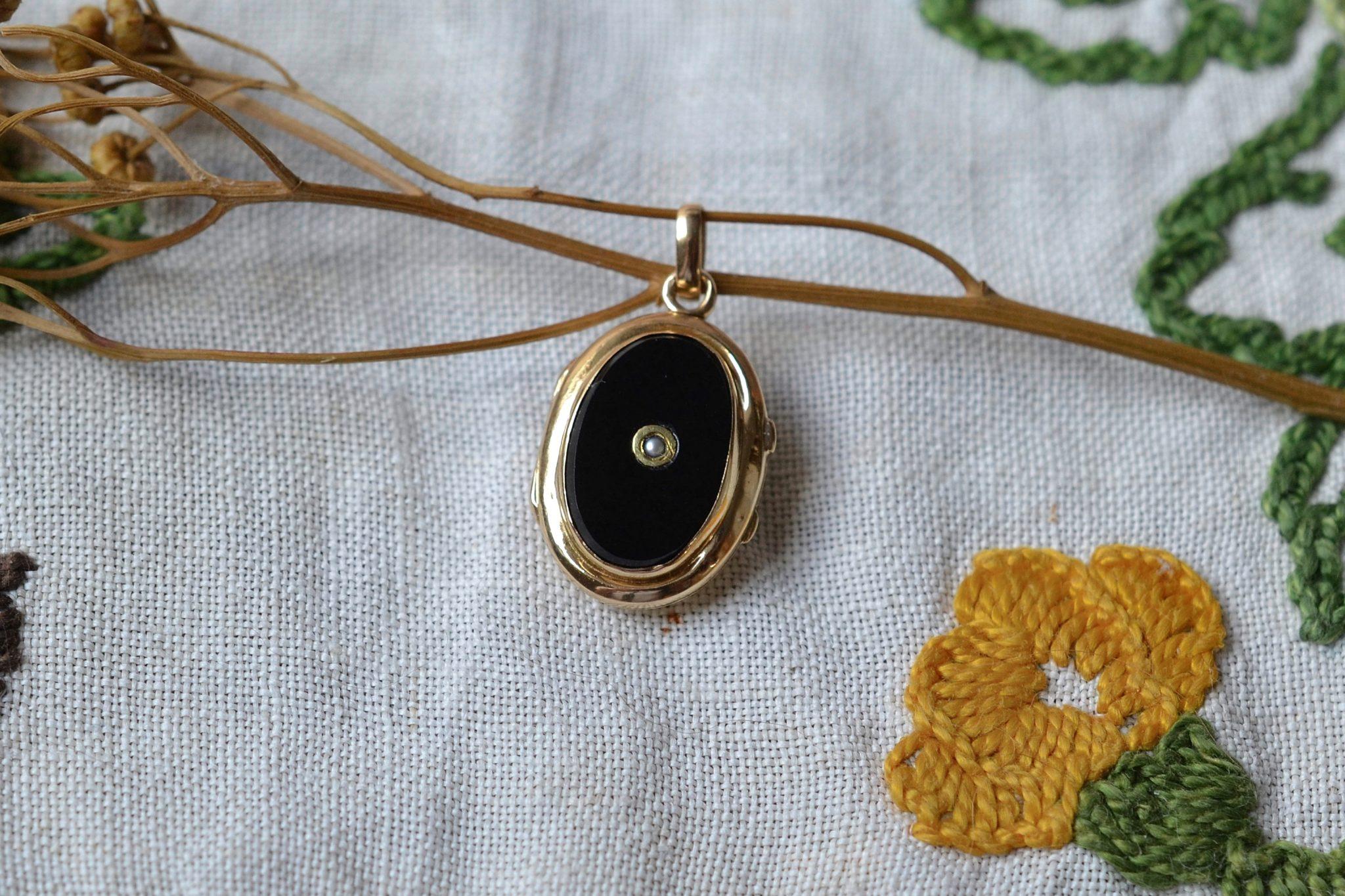 Pendentif-ouvrant-en-Or-jaune-garni-d-une-plaque-d-Onyx-centree-d-une-perlette-pendentif-de-seconde-main