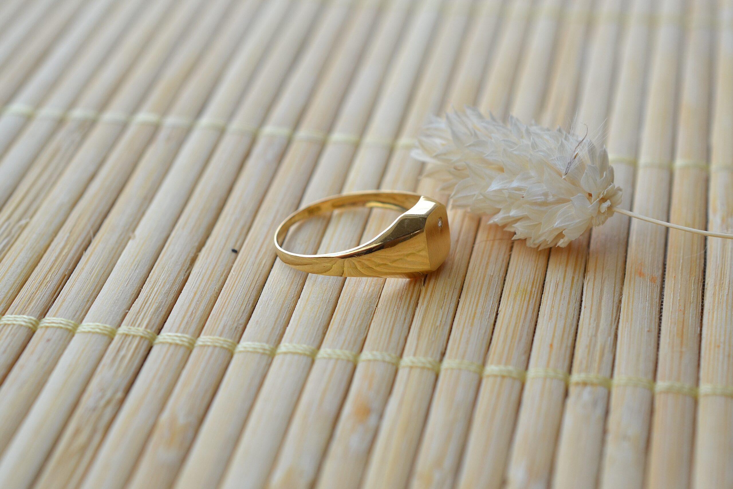 Bague chevaliere pierre blanche bijou en or jaune 18k