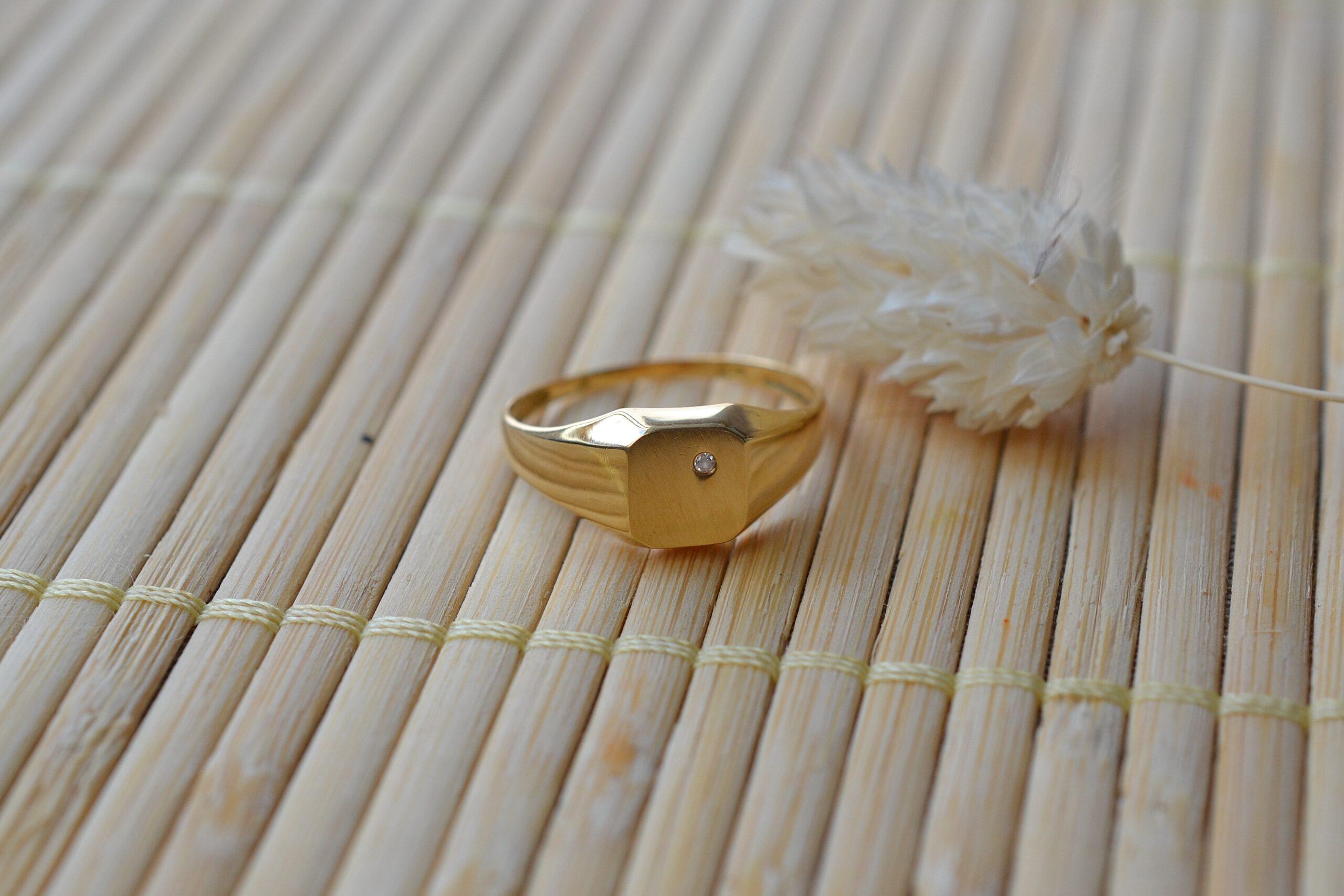 Bague chevaliere pierre blanche bijou vintage en or jaune