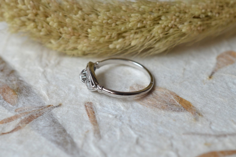 Bague de style Art Déco en Or blanc sertie d un diamant central - bague ancienne