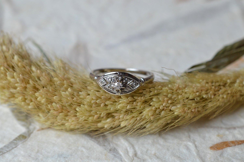 Bague de style Art Déco en Or blanc sertie d un diamant central - bague ethique