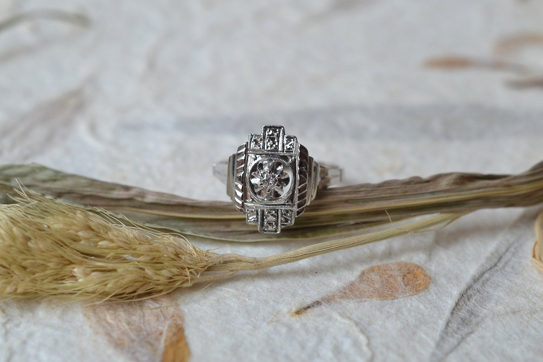 Bague de style Art Deco en Or blanc et platine sertie en son centre d un diamant, plateau allonge - bague ethique et eco responsable