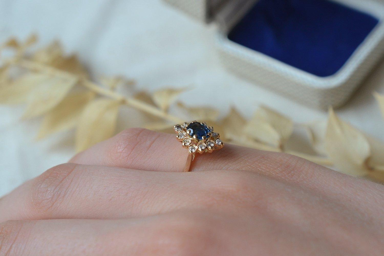 Bague de type marquise en Or jaune ornee d un saphir dans un entourage de petits diamants - bague de fiancailles vintage