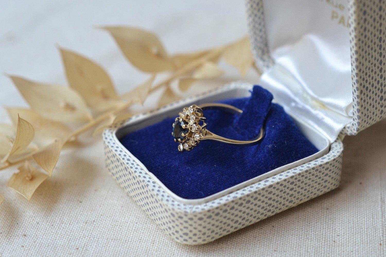 Bague de type marquise en Or jaune ornee d un saphir dans un entourage de petits diamants - bague ethique et eco responsable