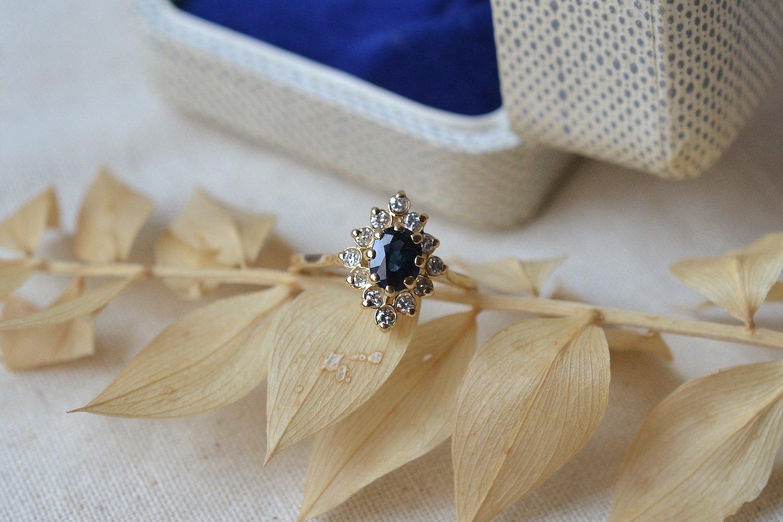 Bague de type marquise en Or jaune ornee d un saphir dans un entourage de petits diamants - bague retro