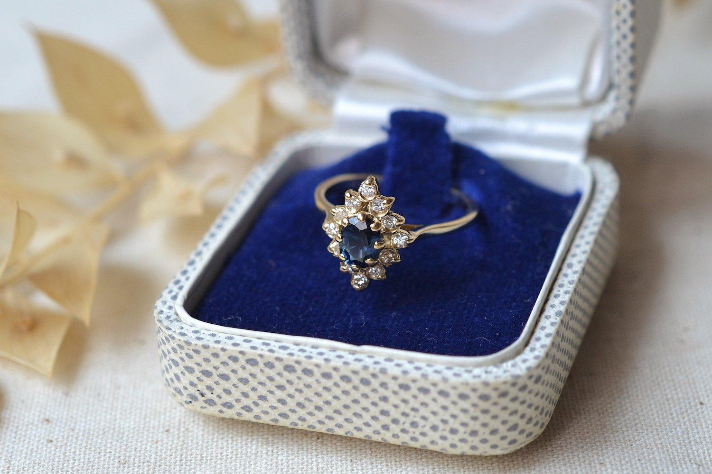 Bague de type marquise en Or jaune ornee d un saphir dans un entourage de petits diamants - bague vintage