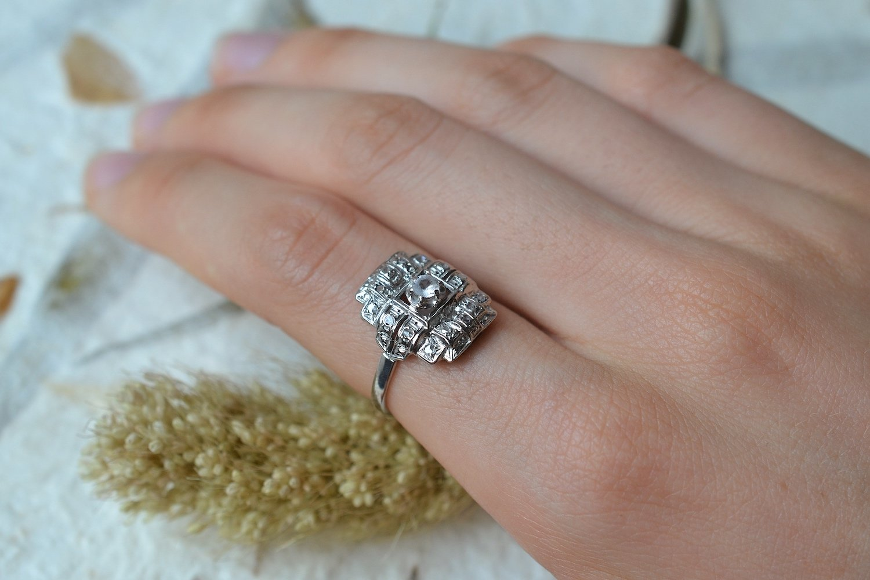 Bague en Or blanc et platine sertie d une pierre d imitation entouree de diamants tailles en rose - bague ancienne