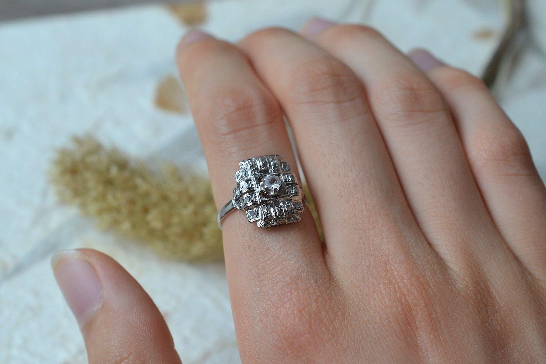 Bague en Or blanc et platine sertie d une pierre d imitation entouree de diamants tailles en rose - bague de fiancailles vintage