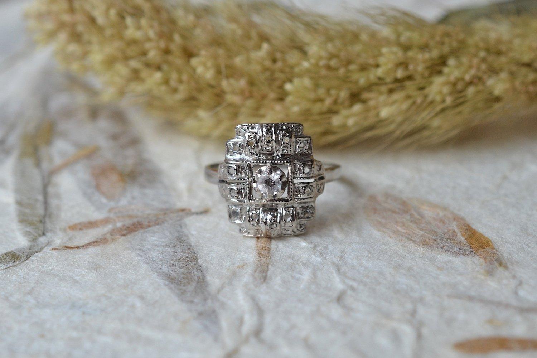 Bague en Or blanc et platine sertie d une pierre d imitation entouree de diamants tailles en rose - bague de seconde main
