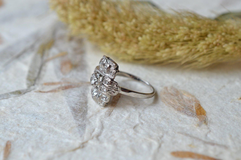 Bague en Or blanc et platine sertie d une pierre d imitation entouree de diamants tailles en rose - bague ethique
