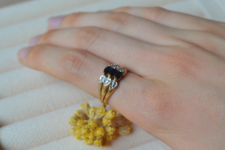 Bague en Or jaune et Or blanc centree de 3 saphirs navettes épaules de deux diamants - bague ancienne