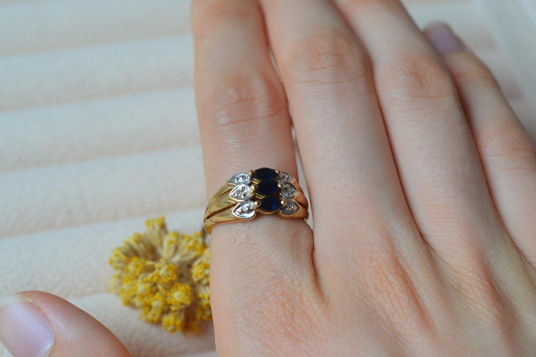 Bague en Or jaune et Or blanc centree de 3 saphirs navettes épaules de deux diamants - bague de fiancailles vintage