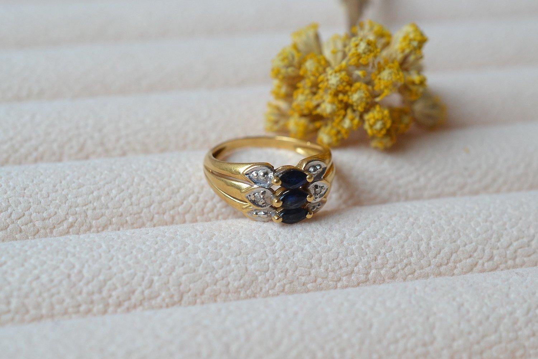 Bague en Or jaune et Or blanc centree de 3 saphirs navettes épaules de deux diamants - bague ethique