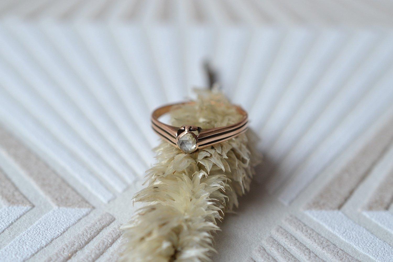 Bague en Or rose ornée d'un diamant taille rose, anneau ajoure - bague ancienne