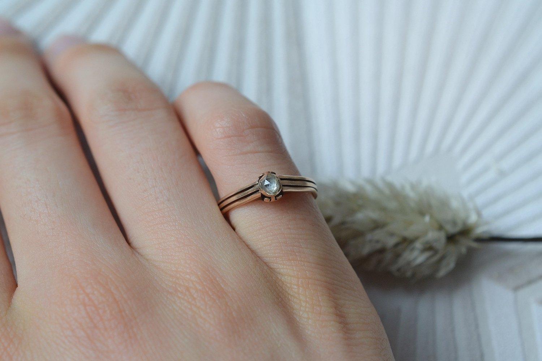 Bague en Or rose ornée d'un diamant taille rose, anneau ajoure - bague de fiancailles vintage