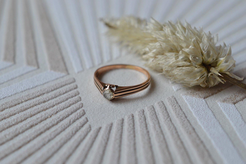 Bague en Or rose ornée d'un diamant taille rose, anneau ajoure - bague eco responsable