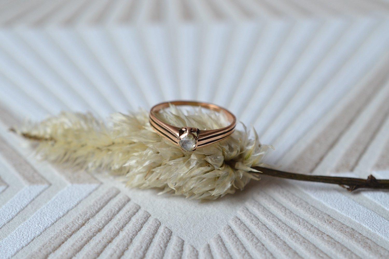 Bague en Or rose ornée d'un diamant taille rose, anneau ajoure - bague ethique