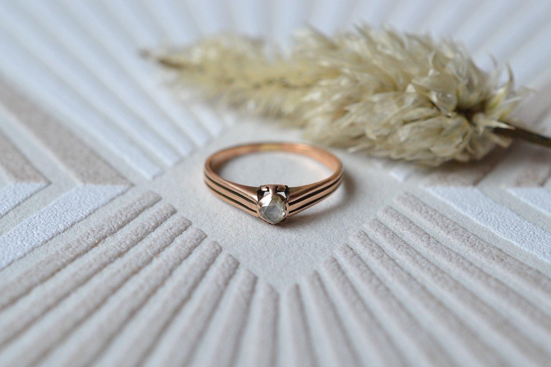 Bague en Or rose ornée d'un diamant taille rose, anneau ajoure - bague retro
