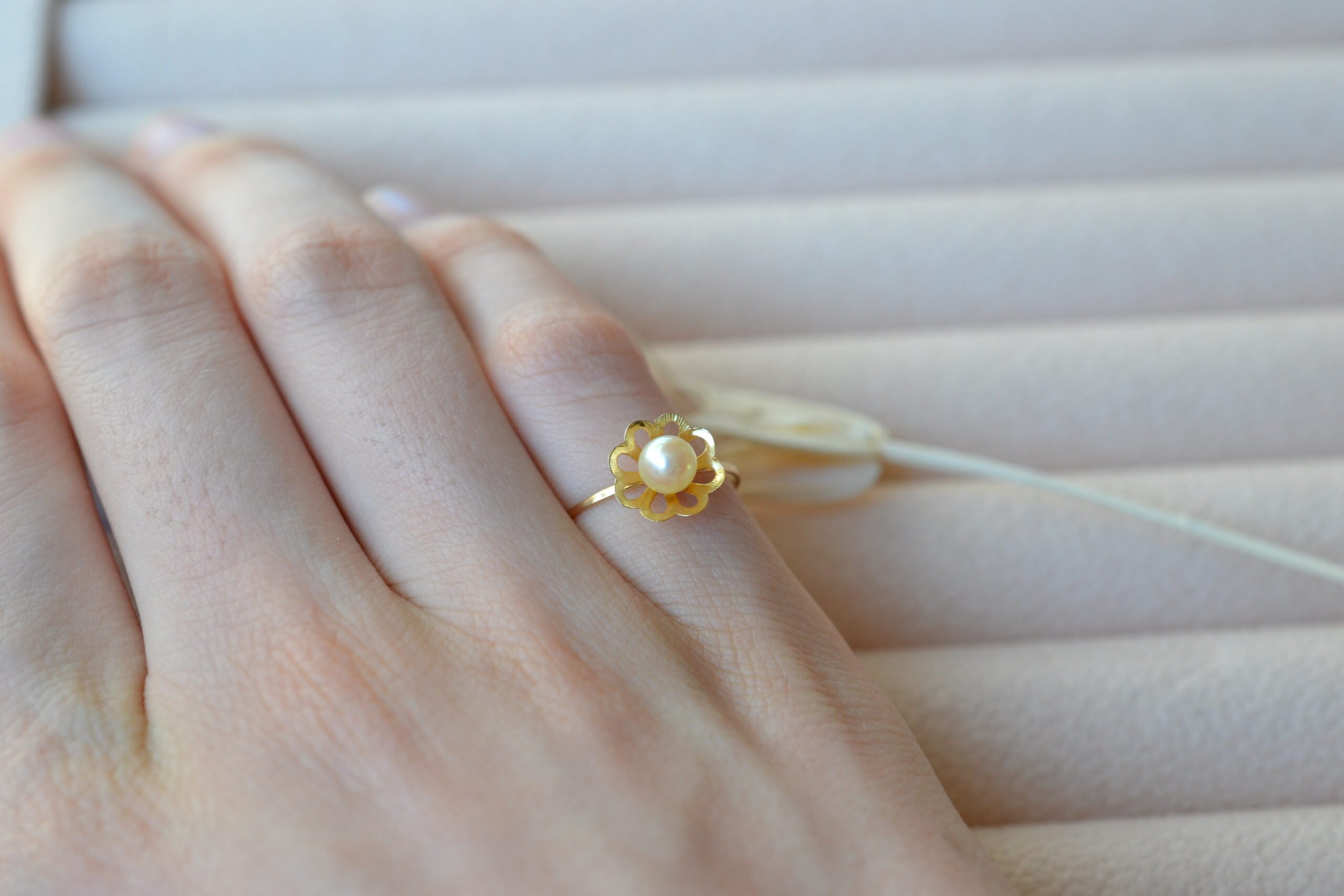 Bague monture fleur perle bijou or jaune