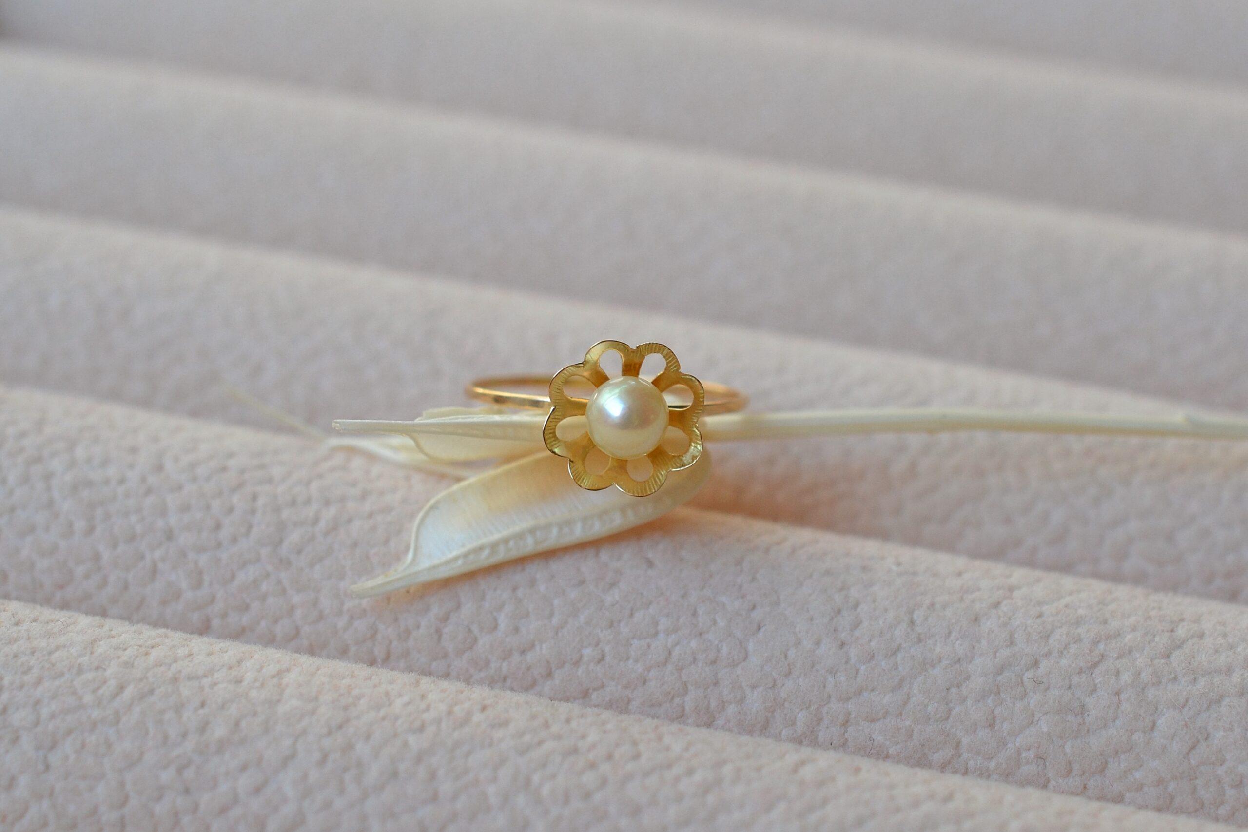 Bague monture fleur perle bijou vintage 18 carats