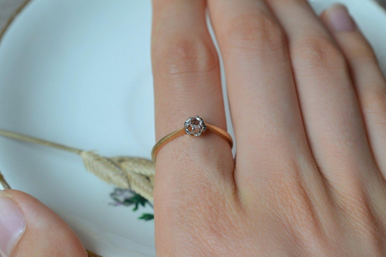 Bague solitaire en Or jaune et Or blanc griffee d_un diamant taille en rose - bague de fiancailles vintage