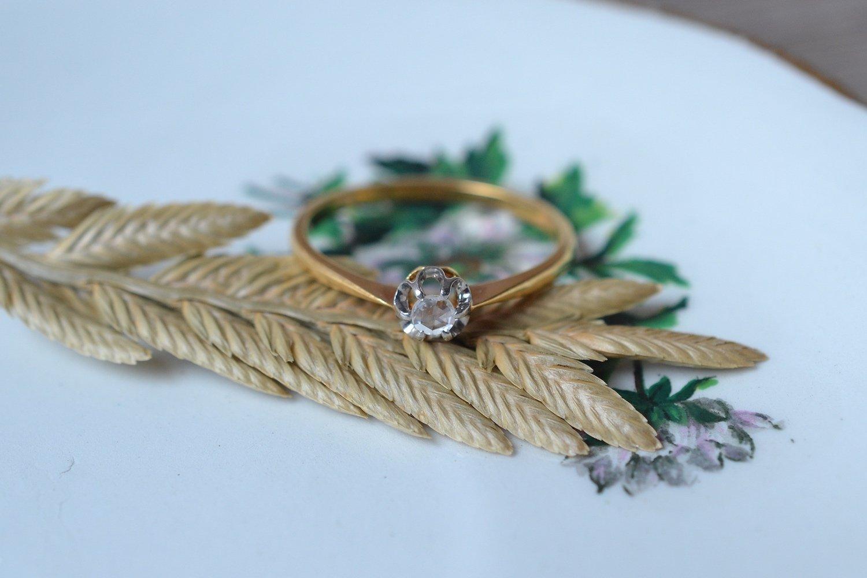 Bague solitaire en Or jaune et Or blanc griffee d_un diamant taille en rose - bague ethique et eco resppnsable