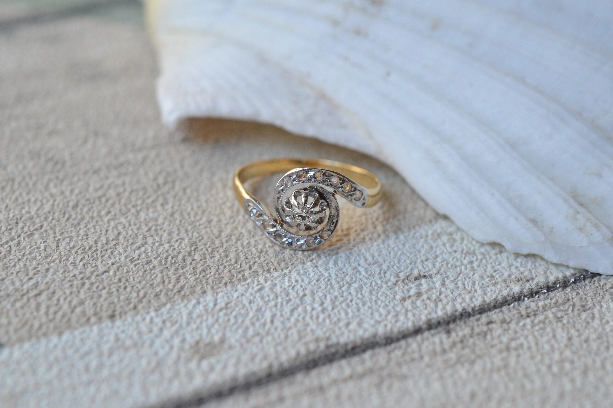 Bague-tourbillon-et-diamants-en-or-massif