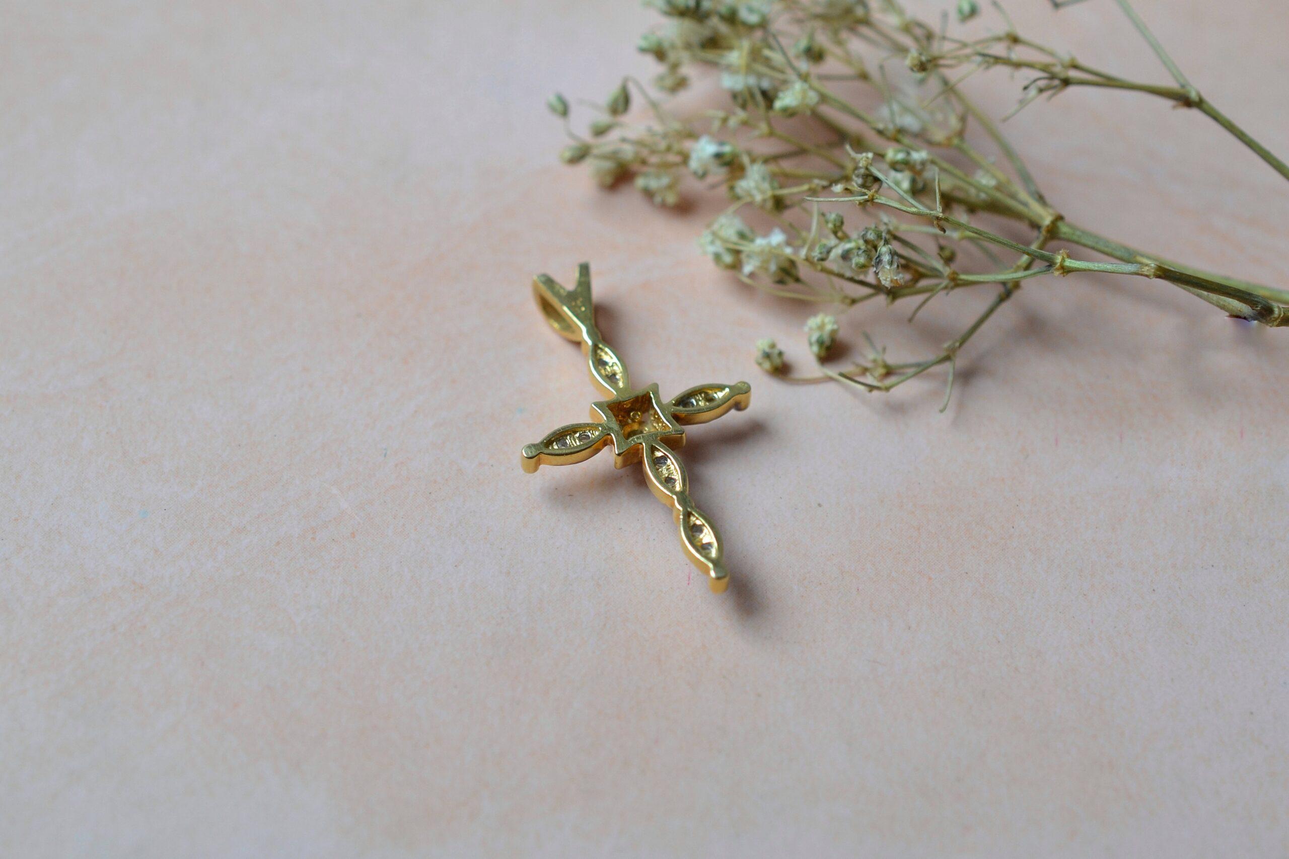 pendentif-croix-diamants-bijou-retro-deux-ors