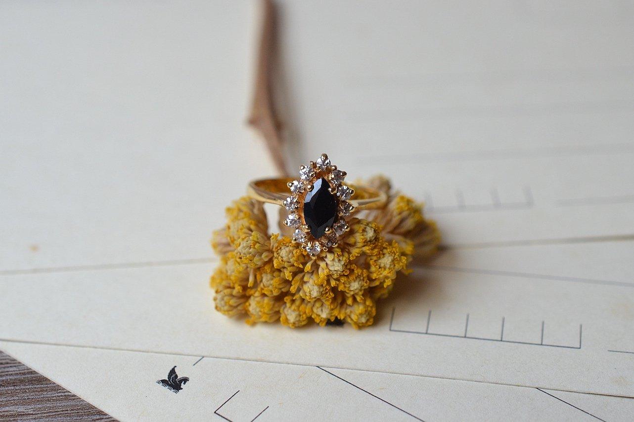 Bague Marguerite en Or jaune sertie d_un saphir entoure de pierres blanches - bague ethique