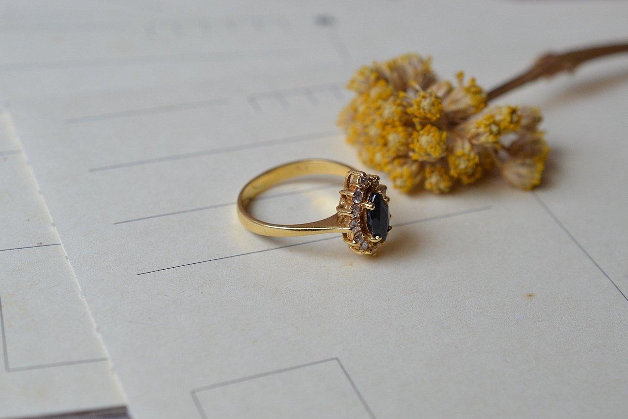 Bague Marguerite en Or jaune sertie d_un saphir entoure de pierres blanches - bague retro