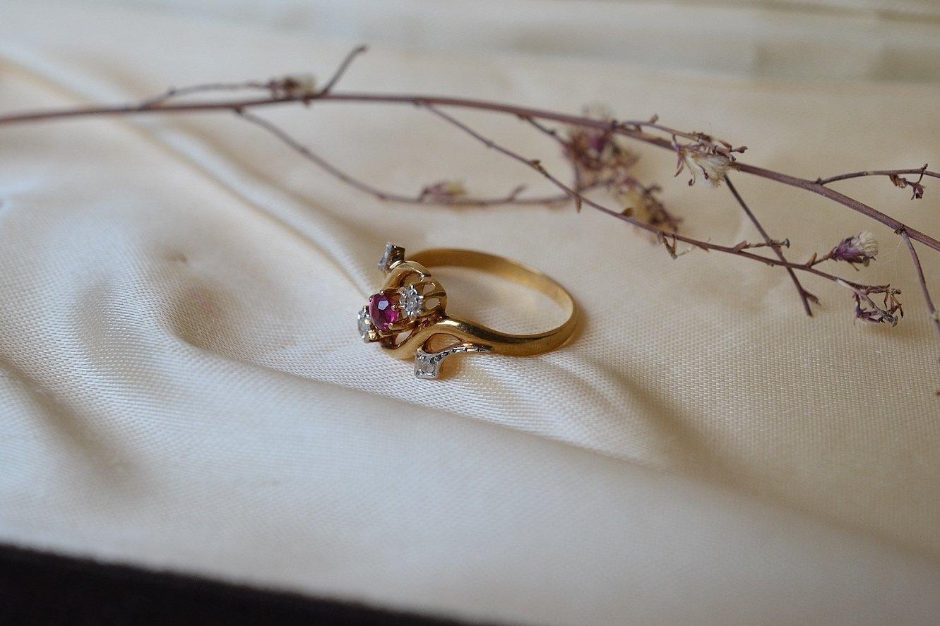 Bague En Or Jaune De Style Art Nouveau Sertie D Un Rubis De Synthese Et De Diamants - Bague Vintage