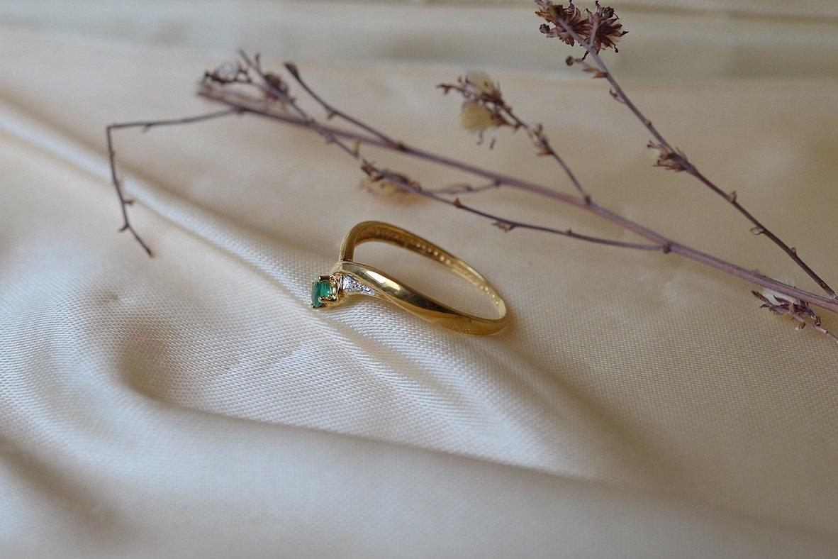Bague En Or Jaune Sertie D Une Emeraude Accompagnee De Diamants - Bague De Seconde Main