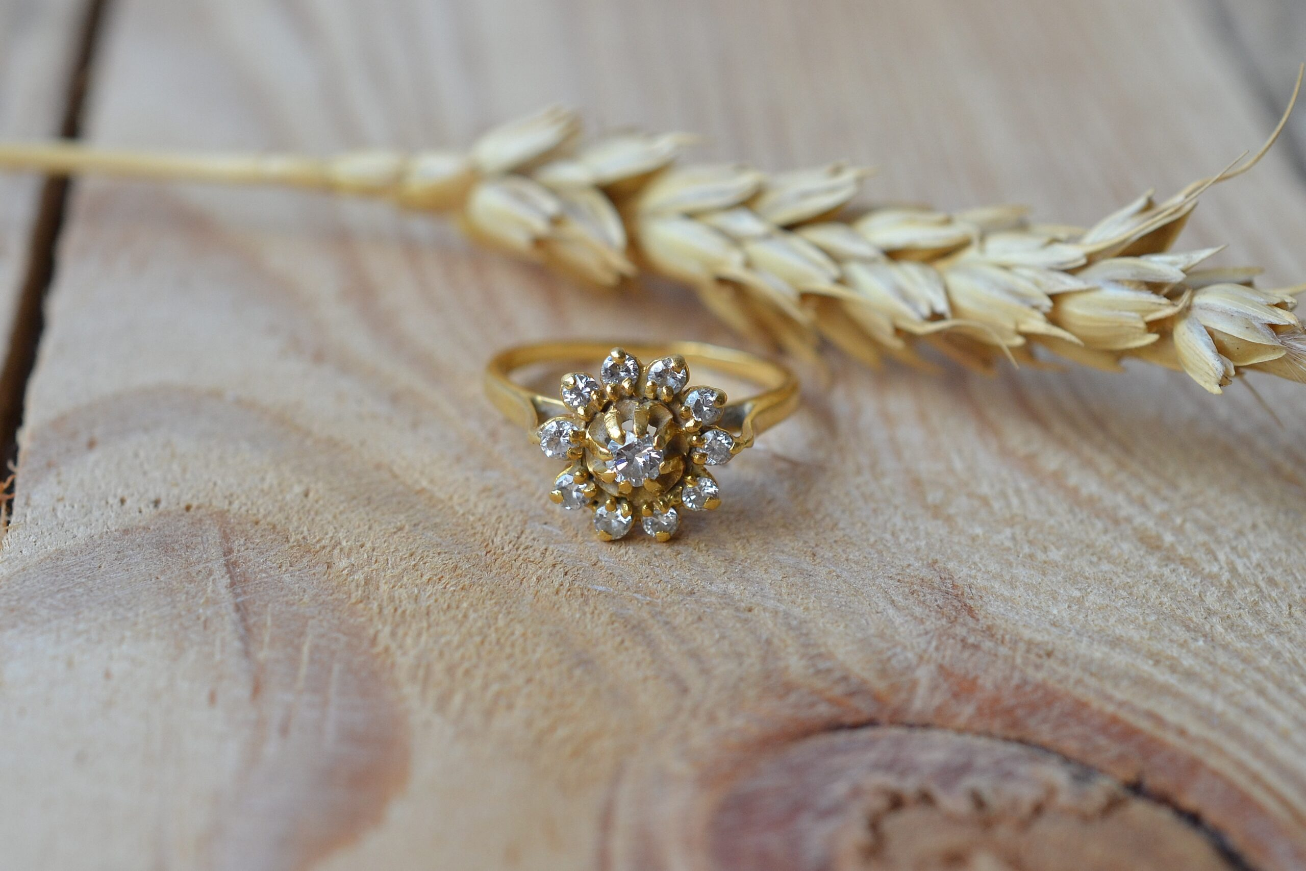 Bague Fleur En Or Jaune Centree D Un Diamant Brillante De 0,07 Carat Dans Un Entourage De Diamants Brillantes Plus Petits - Bague Retro