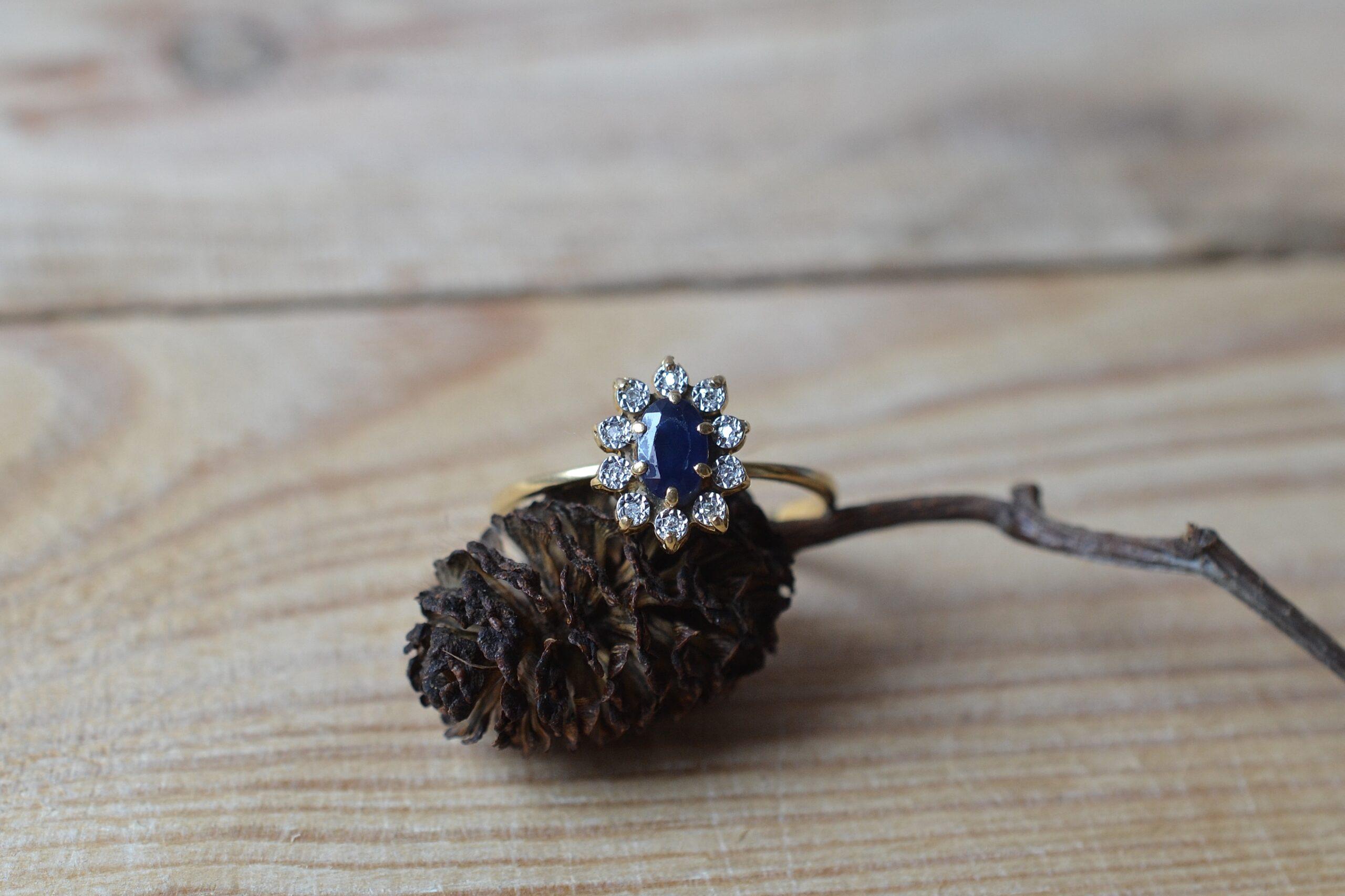 Bague Marguerite En Or Jaune Ornee D Un Saphir Et De Diamants Dans Un Entourage De Platine - Bague Retro