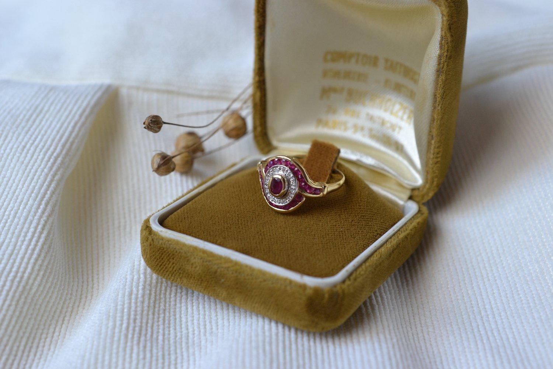 Bague Ovale En Or Deux Tons Ornee D Un Rubis Dans Un Double Entourage De Diamants Et De Rubis - Bague Ancienne