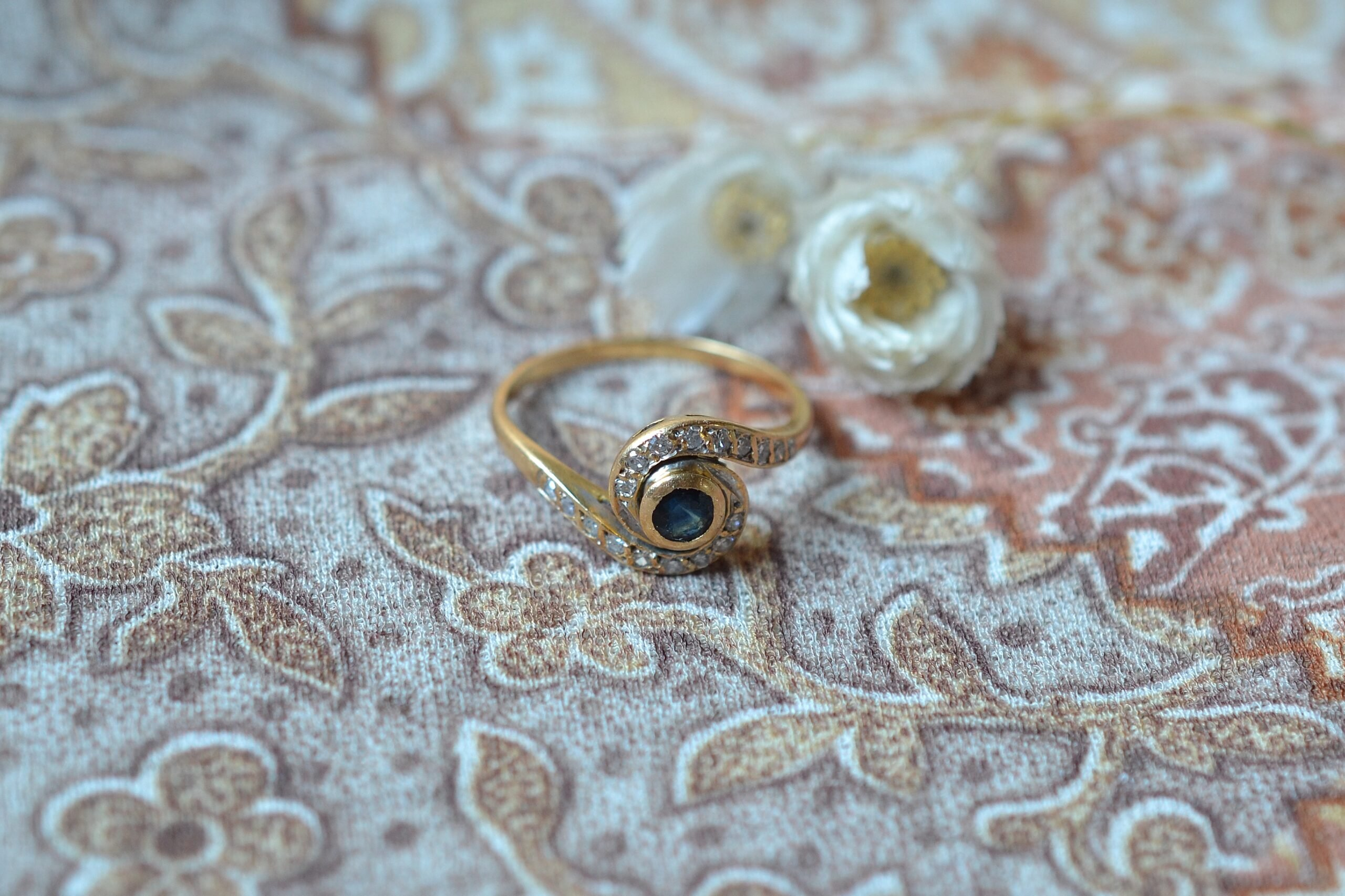 Bague Tourbillon En Or Jaune Sertie D Un Saphir Et De Diamants - Bague De Seconde Main