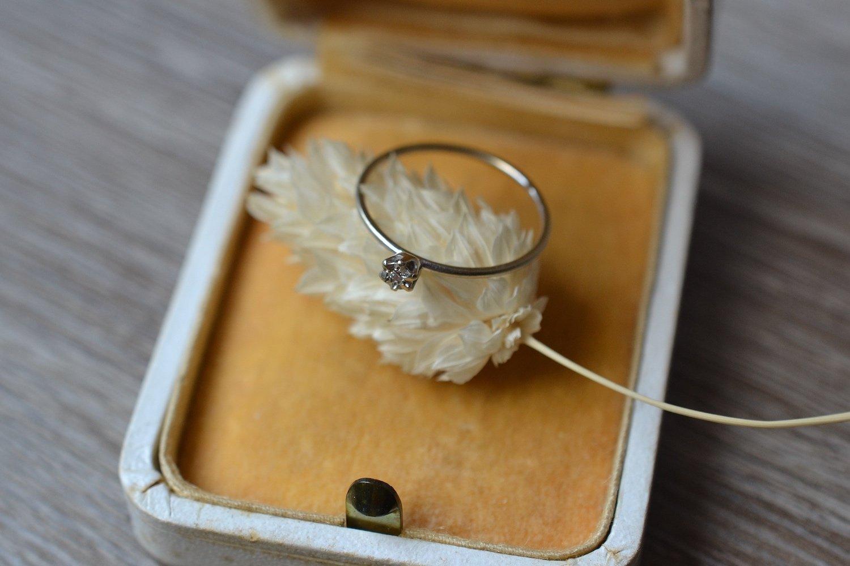 Fine Bague En Or Blanc Sertie D_un Diamant Central - Bague Ancienne