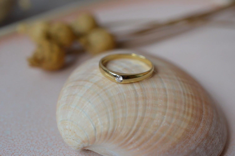 Bague Jonc Anglais en Or jaune sertie d une pierre d imitation blanche - bague de fiancailles vintage